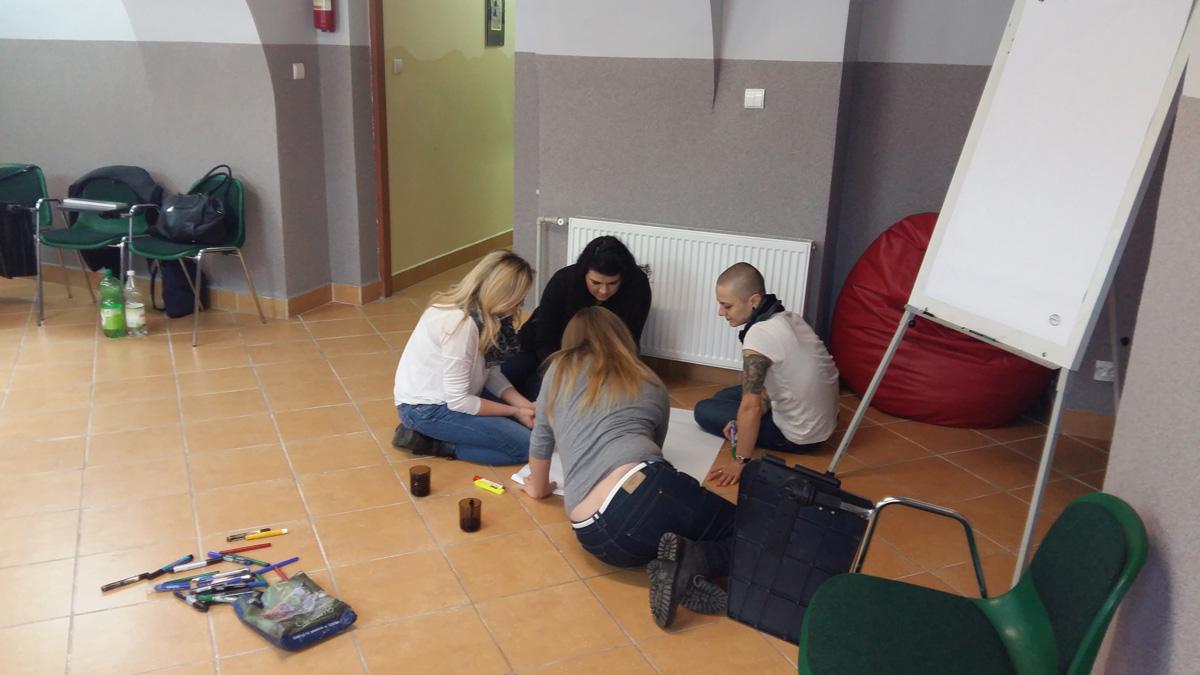 Kobieta z dziećmi podczas zajęć