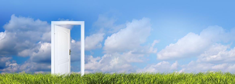 Drzwi na polanie z niebem w tle